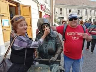 Kati néni, a legendás kofa szobra Székesfehérváron, plusz néhány kiránduló az egyesületből