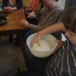 A tagok kézzel megfogdossák a tésztát, hogy megtapasztalják, milyen az, ha jó a tészta állaga