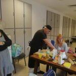 Mauríció keze nem látszik, de a tésztát készíti elő a gyúráshoz